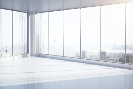 Brillante, entre otras vacía con ventanas panorámicas y vistas a la ciudad de Nueva York. Representación 3D