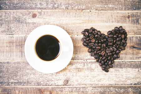 grano de cafe: Coffee lover concept with coffee cup and coffee bean heart