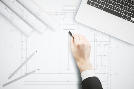 blatt: Handzeichnung Architekturprojekt auf große whatman mit Bleistiften und Laptop-Computer an der Spitze. Architekturkonzept. Geschäftsmann Handzeichnung Konstruktionsskizze