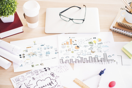 articulos oficina: Primer plano de la mesa de madera con dibujos de negocio, herramientas de oficina y otros elementos