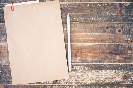 lapiz y papel: Vista superior de papel marrón en blanco y un lápiz en el escritorio de madera envejecida. Bosquejo Foto de archivo