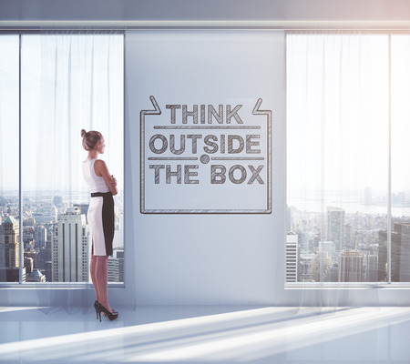 Zakenvrouw op zoek buitenkant van het raam in leeg binnenland met schets op de muur. Concept van het denken buiten de doos. 3D Rendering Stockfoto