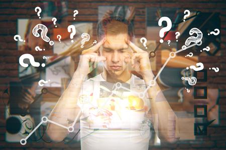 Hombre joven que piensa acerca de la vida y tratando de encontrar respuestas a las preguntas con imágenes mentales le vamos envejeciendo en el fondo de ladrillo rojo