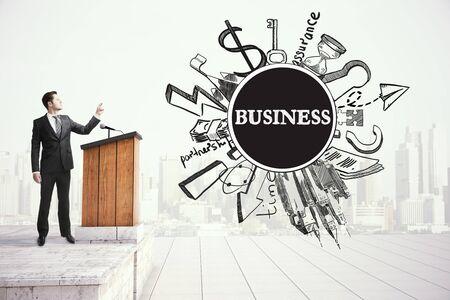 orador: Young businessman giving public speech, business concept