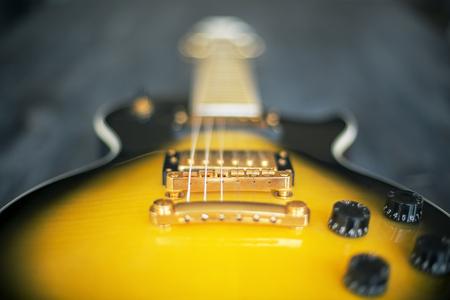 amarillo y negro: Borrosa guitarra eléctrica negro y amarillo. De cerca Foto de archivo
