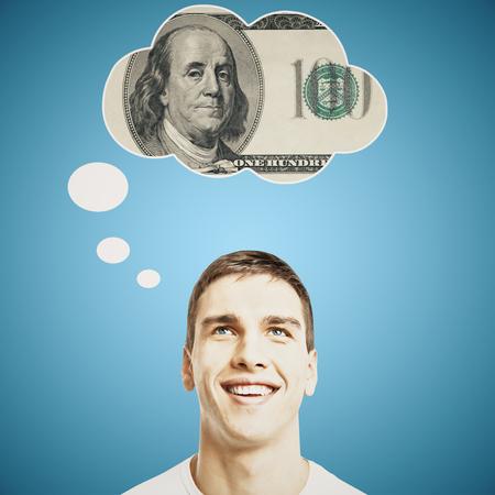 hombre pensando: Hombre joven hermoso que piensa en el dinero en el fondo azul brillante