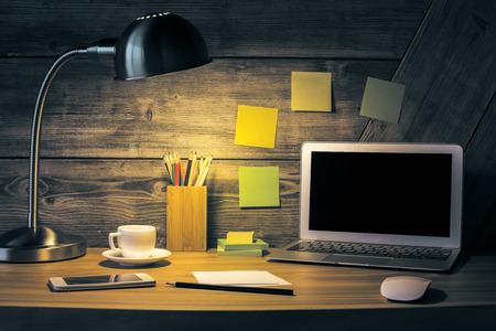 Creative-Desktop mit leeren Laptop, Tischlampe, Kaffeetasse, Smartphone und andere Gegenstände. Attrappe, Lehrmodell, Simulation