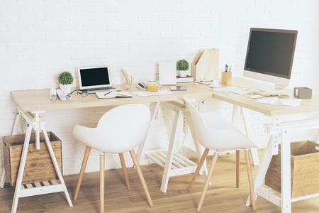silla de madera: Creative lugar de trabajo de diseño con ordenador portátil en blanco y pantallas de ordenador en el interior con piso de madera y pared de ladrillo blanco. Bosquejo