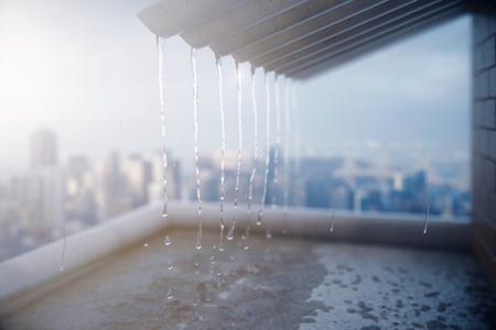 Lluvia cayendo del techo en el fondo de la ciudad. Representación 3D