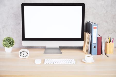 빈 흰색 컴퓨터 모니터, 키보드, 커피 컵, 시계, 문구 및 기타 항목 크리 에이 티브 디자이너 바탕 화면입니다. 모의
