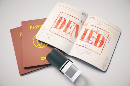 Reisepass mit roten verweigert Visum Stempel auf grauem Hintergrund. Topview. Reisen-Konzept, 3D-Rendering