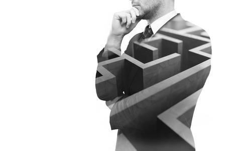 Jonge ondernemer na te denken over manieren om zaken obstakel te overwinnen. Geïsoleerd op een witte achtergrond met een doolhof en een kopie ruimte. Double exposure