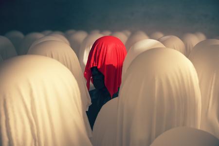 Einmaligkeit und Führungskonzept mit abstrakten menschlichen Kopf unter rotem Tuch auf konkreten Hintergrund. 3D-Rendering