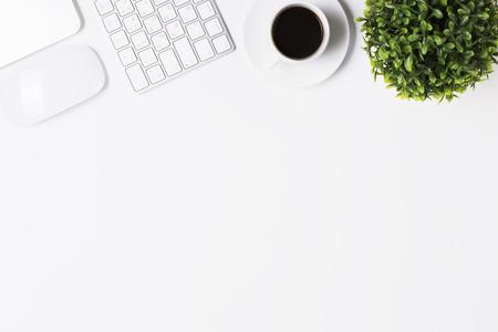 ホワイト オフィスのデスクトップ キーボード、コーヒー カップ、工場、コンピューター マウスとコピー領域の平面図です。モックアップします。