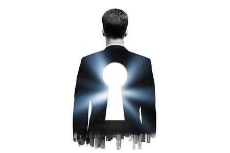 llaves: Hombre de negocios con ojo de la cerradura en la espalda en el fondo oscuro de la ciudad. Exposicion doble