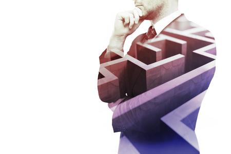 pensamiento creativo: hombre de negocios joven que piensa en la manera de superar obstáculos negocio. Aislado en el fondo blanco con el laberinto y espacio de la copia. Exposicion doble Foto de archivo