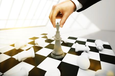 planificacion estrategica: El hombre de negocios juego de ajedrez en el fondo entre otras. concepto de planificación estratégica Foto de archivo