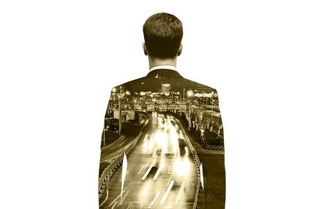 exposicion: Hombre de negocios pensativo en el fondo carretera de la ciudad. Exposicion doble