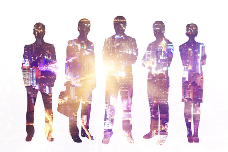 silueta hombre: Businesspeople silhouettes on illuminated night city background. Concept of teamwork and partnership. Double exposure