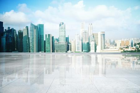 都市景観の背景に空の光沢のあるコンクリートのタイル張りの床。モックアップ、3 D レンダリング