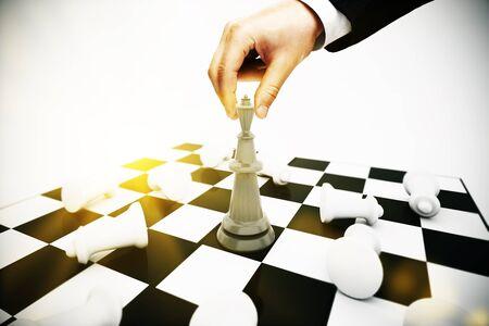 planeaci�n estrategica: El hombre de negocios jugando al ajedrez sobre fondo claro. concepto de planificaci�n estrat�gica Foto de archivo