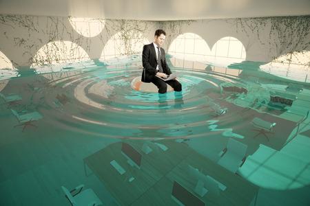 Homme d'affaires avec un ordinateur portable assis sur lifebuoy dans l'abstrait intérieur de bureau inondé. rendu 3D Banque d'images - 60742482