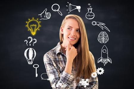 Réfléchi jeune femme souriante avec croquis d'affaires circulaire sur fond tableau. Success concept Banque d'images