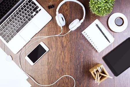 Hoogste mening van houten Desktop met tablet, laptop, smartphone, hoofdtelefoons, decoratieve installatie en levering. Bespotten Stockfoto
