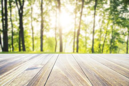 Leerer Holztisch auf der Natur Hintergrund. Mock-up, 3D-Rendering