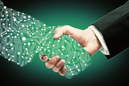 녹색 배경에 디지털 파트너 손을 떨고 사업가