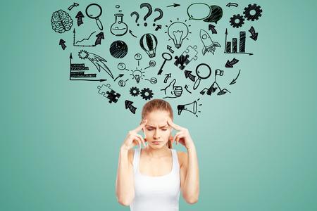 pensamiento creativo: Concepto de la idea con la joven pensativo niña y Vaus bocetos icono de negocios en fondo verde