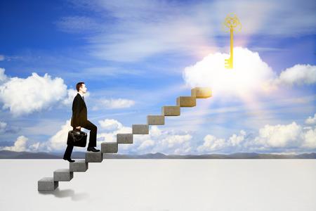 Succes concept met zakenman klimmen ladder naar abstract verlichte toets op de cloud. hemel achtergrond Stockfoto