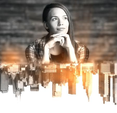 niña pensando: Joven reflexiva con boca abajo abstracto reflexión de la ciudad