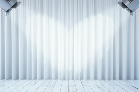sipario chiuso: Vista frontale di tende bianche vuote e pavimento in legno con due faretti. interni Stage. Mock up, rendering 3d Archivio Fotografico