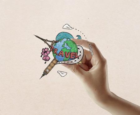 globe terrestre dessin: main Femme tenant le croquis de Voyage sur fond texturé lumière. le concept Voyager Banque d'images
