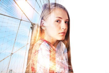 exposicion: Chica joven pensativa en el fondo de la construcción de la ciudad con la luz del sol y copyspace. Exposicion doble