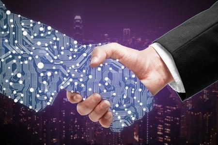 Biznesmen wytrząsanie partnerów cyfrowych strony na tle miasta purpurowy Zdjęcie Seryjne