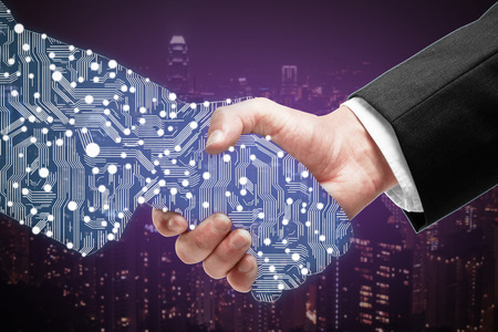 Homme d'affaires secouant partenaires numérique main sur fond violet ville Banque d'images