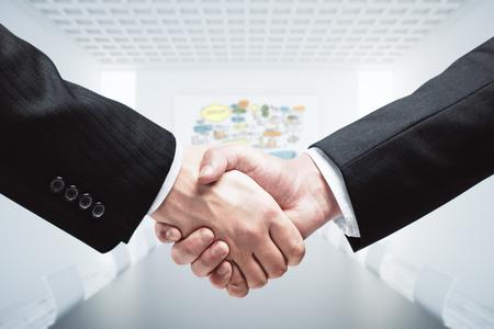 Los hombres de negocios dándose la mano. De cerca. concepto de la sociedad