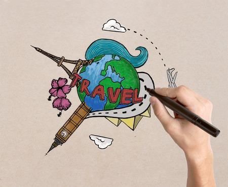 globe terrestre dessin: Femme dessin à la main croquis de Voyage sur la lumière fond texturé. le concept Voyager Banque d'images