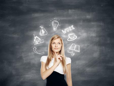 Nachdenkliche junge Geschäftsfrau über die zukünftige Arbeit, Bildung und finanzielles Wachstum auf Tafel Hintergrund denken