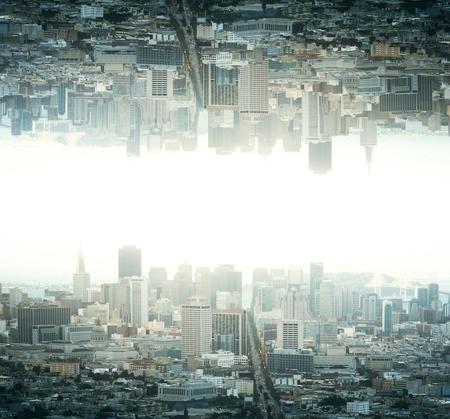 Abstracte gereflecteerde ondersteboven stad op lichte backgrounf