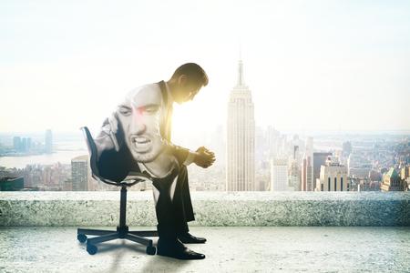 Jeune homme d'affaires avec des problèmes de colère assis sur le toit avec New York, vue sur la ville et la lumière du soleil. Double exposition