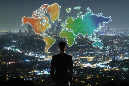 Reis concept met zakenman kijken naar kleurrijke kaart op verlichte nacht stad achtergrond