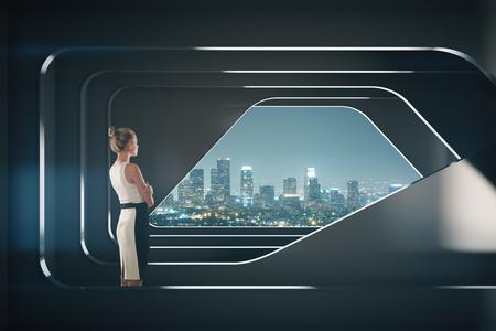 Doordachte zakenvrouw in abstracte donkere futuristische interieur met 's nachts uitzicht op de stad. onderzoek concept