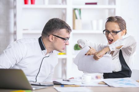 articulos oficina: Retrato de hombres de negocios furioso en el lugar de trabajo rompiendo documentos  documentos  informes de negocio