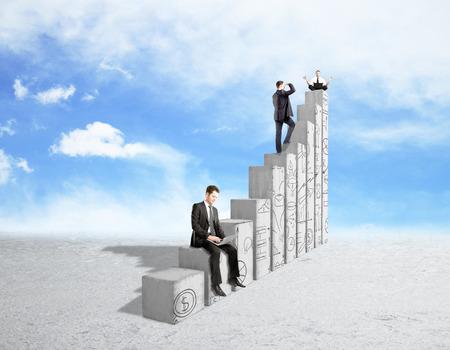 Tres jóvenes empresarios de pie, sentado y meditando en barras del gráfico de hormigón abstractos con garabatos de negocios en el fondo del cielo. financiero del crecimiento y el concepto de éxito