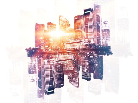 exposicion: Reflejado al revés ciudad con la luz del sol abstracta sobre fondo claro. Exposicion doble