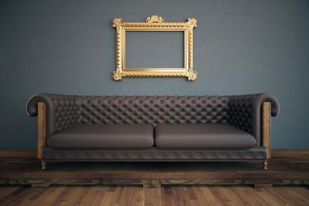 Vooraanzicht van luxe interieur met lege sierlijke doorzichtige fotolijst, bruine leerbank, houten vloer en donkergrijze muur. Mock up, 3D rendering
