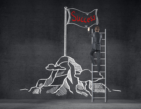 Rückansicht der Geschäftsmann auf Leiter kreative Berg mit Flagge Skizze auf Betonwand zu ziehen. Erfolgskonzept